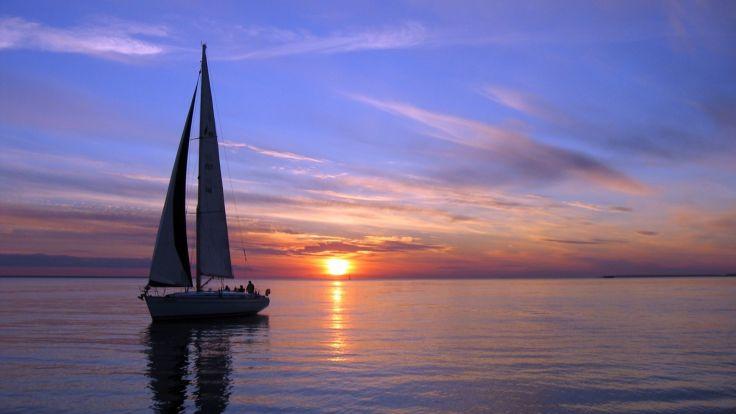 """""""一只船孤独地航行在海上,它既不寻求幸福,也不逃避幸福,它只是向前航行,底下是沉静碧蓝的大海,而头顶是金色的太阳。""""@莱蒙托夫"""